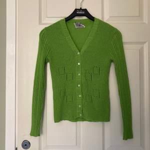 Säljer världens finaste kofta pga använder aldrig längre. Jättefin ärtgrön färg som är perfekt nu till våren! Passar xs-s. Möts upp i Malmö eller fraktar💚