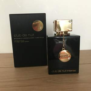 """Nypris 595 kr. Dupe for Tom Ford's Noir de Noir! I have Noir de Noir and it smells 97% identical. Sprayed 2ggr of 105ml bottle. Original box is intact with no shelf wear. Club de Nuit Intense by Armaf is a Chypre Floral fragrance. Top notes are Rose, Saffron and Geranium; middle notes are Nutmeg, Pepper, Violet and Caraway; base notes are Patchouli, Vanilla, Agarwood (Oud) and Amber. Perfume rating 4.17 out of 5 with 1,323 votes on Fragrantica. """"This fragrance is dark and romantic and gothic. It has completely seduced me. It opens smelling like sweet red wine with a hint of dark red rose. As it dries down, patchouli and just a touch of Smokey Oud peaks through and it finally settles into a warm vanilla at the very end. Excellent longevity and projection. Smells far more expensive than it is."""" Smoke and pet free storage space.   Happy to bundle. Will gladly take more pics. Disclaimer: Please expect some general wear in all secondhand pre-owned items as they have lived a previous life, so do not expect a mint item.   **TRACKED REK SHIPPING VIA POSTNORD**"""