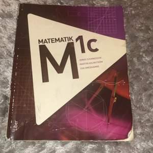 Matte 1c bok!! Bra att ha inför repetion, för variation av frågor, HP etc! Pris kan diskuteras, frakta och möts upp 🥰