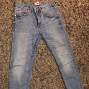 Säljer dessa jeans med raka ben från Lager 157, de är köpta för 300kr. De passar både S och M. Klippta där nere, och knappt använda. Kan mötas upp i Malmö eller Trelleborg annars står köparen för frakt!