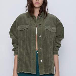 Tunn grön manchesterjacka från Zara. Använd men i bra skick. Slut på hemsidan i alla storlekar! Köparen står för frakten💓