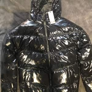 Helt ny jacka ifrån BOOHOO,köpte den men hittade en annan jacka jag ville ha,prislapp finns kvar,jackan är helt ny därför säljer jag den för 400 och på nätet kostar den 576 kr