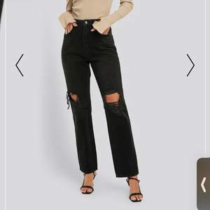 Black straight fit jeans från NA-KD i storlek 36. Väldigt fina byxor men tyvärr var de för små för mig vid midjan. Har aldrig använt dem bara prövat.  Kostar 300 kr ink frakt. Ordinarie pris 500kr.
