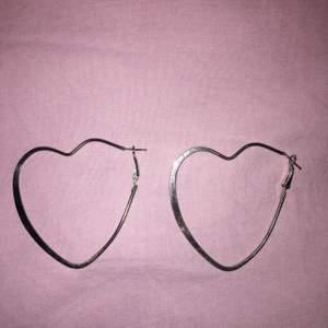 """Hjärtformade silvriga """"hoops"""" 🤍"""