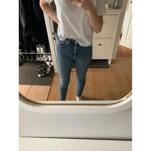 Ljusblåa tighta jeans från Gina Tricot i storlek 36. Endast använda 2 gånger, felfria. Stretchiga och höga i midjan.