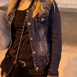 Jeansjacka i bra skick.  Känns liten när man har hoddie på sig och normalt när man har linne och t-shirt.