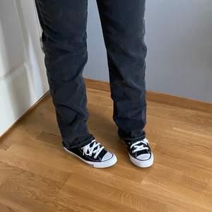 Super snygga gråa raka jeans ifrån nakd. Säljer då dom inte kommit till så stor användning. Knäpps med fem knappar. Jag har sprättat upp sömmen längst ner för att få dom längre (jag är 1,65 och dom går över skon på mig). Storlek 40, pris 150kr +frakt