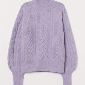 Säljer min Super mysiga lila kabelstickade tröja från H&M!💕             Tröjan har långa muddar och är i ullmix, säljer pga den tyvärr inte kommer till användning längre.                                 Det är bara att fråga om du har några frågor eller vill ha fler bilder! Jag kan mötas upp i Stockholm eller fraktar mot att köparen står för frakten 😊