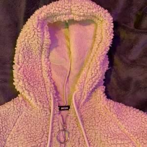 En Teddy hoodie från bikbok sällan använd. Storlek small skriv för frågor/bilder💕