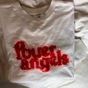 Säljer min ganni t-shirt! Använd flitigt, men inga tydliga defekter, kan skicka fler bilder om det önskas. Varan går inte att köpa i butik längre, köpt för ca 500kr men säljer för 200kr! (Köparen står för frakt, spårbar ✌️) den är i storlek L, men passar mig som bär S.