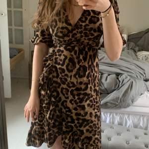 Säljer denna otroligt snygga Leo klänning från märket Co'couture. Den är i storlek XS och i mycket bra skick🥰Super snygg till våren och sommaren:) Den kan skickas vid post eller mötas upp i Göteborg🥰