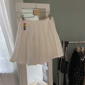 Vit tennis kjol som aldrig är använd har till och med lappen kvar🤩den är i storlek large fast för barn så alltså är det typ xs i vuxen storlek och den är ifrån qianyu❤️den har ett gummiband i ryggen som man kan reglera innefrån kjolen (kolla sista bilden) kjolen har även shorts i sig💕köpare står för frakt💕