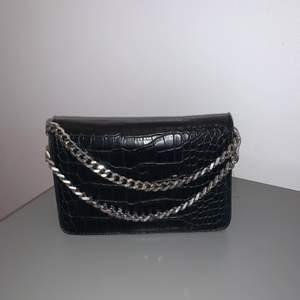 krokodil mönster väska från DON DONNA med hängkedjor axelband medkommer. Köparen står för frakten. Kan mötas upp i Kungsbacka💕