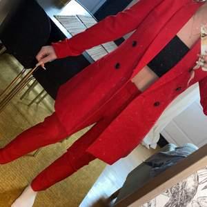 Röd kostym ifrån stradivarius. Oanvänd med lappar kvar. Jag bor i både Sverige och Spanien och befinner mig just nu i Spanien därav bjuder på frakten.✨ det är både kostymbyxor + kavaj.