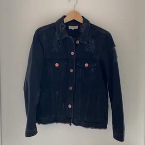 🤍Svart jeansjacka från RiverIsland med slitningar                  🤍 Storlek: 38                                                                         🤍 Material: 100% Bomull