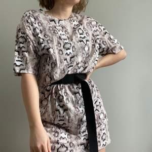 Ormmönstrad T-shirt klänning! Fantastiskt skön och perfekt att bara slänga på! I bra skick. För mer bilder eller frågor är de bara skicka ett meddelande☀️