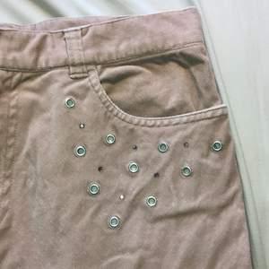 Smutsrosa lite längre Manchester kjol med glitter detalj från imitz! Storlek 38, ish medium! Jättefint skick! Fraktar/möts sthlm!🥰