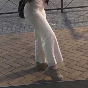 """Ett par supersnygga """"raka"""" visa jeans som är stretchig. Supersnygga & rumpan formas superfint. Bara att skriva om fler bilder önskas❤️ endast använda fåtal gånger. Nypris 300kr"""