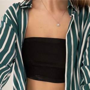 Svinsnygg skjorta från H&M som går att styla på många olika sätt!! Endast använd en gång så den är som ny! Storlek 40 men sitter väldigt bra oversized på mig som är en 34-36! Frakten ingår inte i priset (22kr) 💚