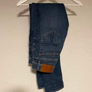 Mörkblå jeans ifrån tiger of sweden. Knappt använda väldigt fint skick storlek 29/32