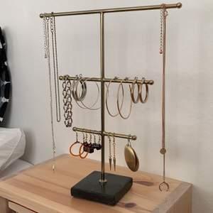 Säljer alla dessa smycken! Både örhängen, armband och halsband! De flesta är köpta men några har jag även gjort själv. Skriv om du vill ha en tydligare bild av något smycke! Du kan köpa allt tillsammans för 150kr. Om du bara vill köpa ett smycke, skriv till mig privat då så kommer vi överens om ett pris😊