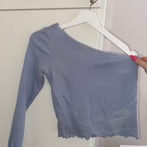 Snedskuren långärmad tröja från Gina (slutsåld) blå❤️avnänd några få gånger och tvättad 2 gånger så den är som ny typ❤️