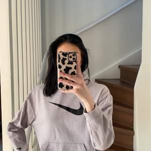 Grå hoodie från Nike, använd max tre gånger. Storlek M men sitter bra på mig som är S i vanliga fall. Köpare står för frakt 🌸