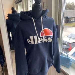 Säljer min ellesse hoodie i marinblå i jätte fint skick då den knappt är använd, säljs pågrund av att jag har två. Köpt för 799kr men säljer för 350kr + frakt eller bud.
