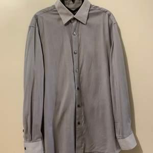 Skjorta i storlek s, fin skick, finns hämta i Stockholm, kan även skicka via post