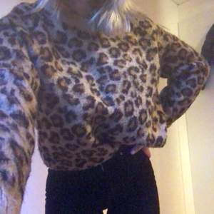 En skön stickad tröja som inte sticks och är super fin och sitter som en storlek s passar mig som är i storlek xs och är köpt för 300kr men säljer för 100kr + frakt 💕