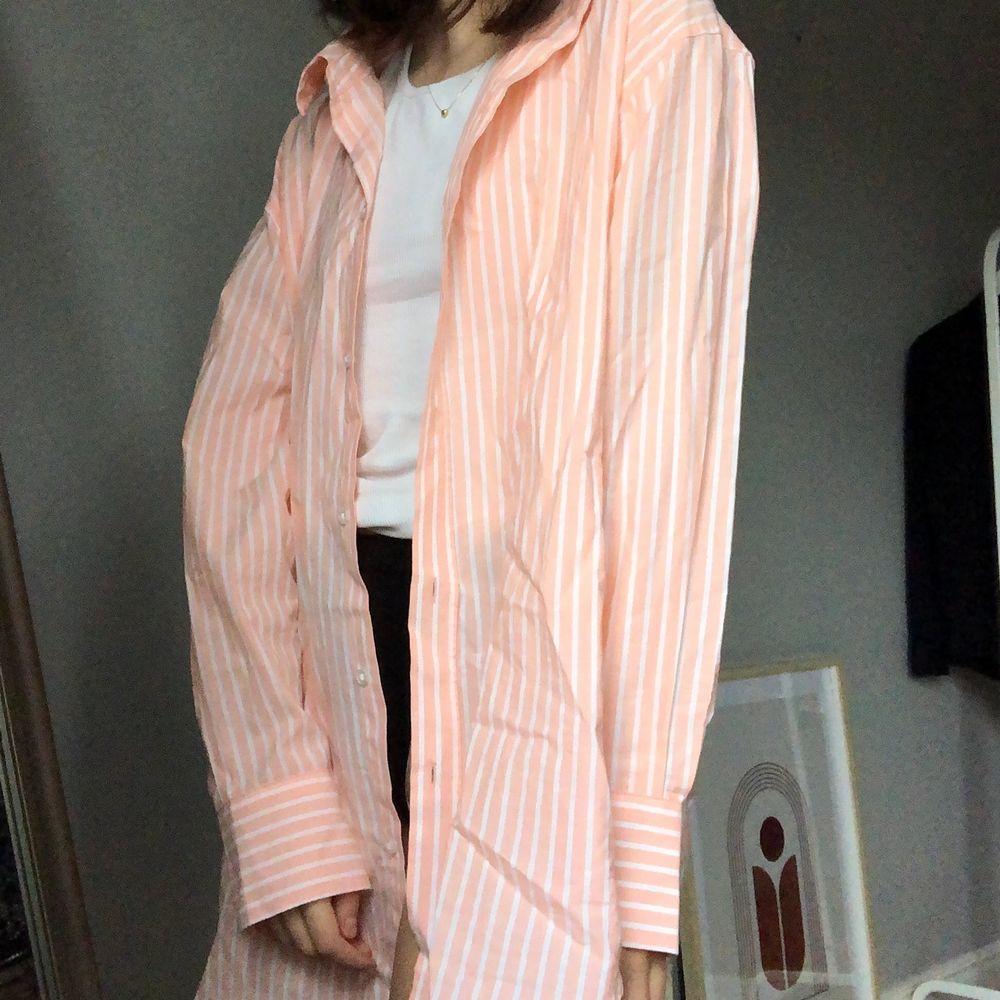 Färgglad skjorta från weekday som är i oversize modell, tunt material och sjukt härlig att ha till sommaren 🧡. Skjortor.