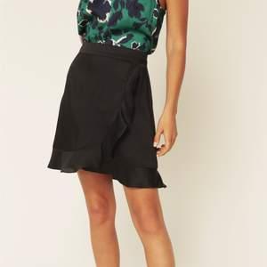 En jätte fin svart siden kjol från by malina i storlek M, aldrig använd. Köpt för 800kr. Köparen står för frakten