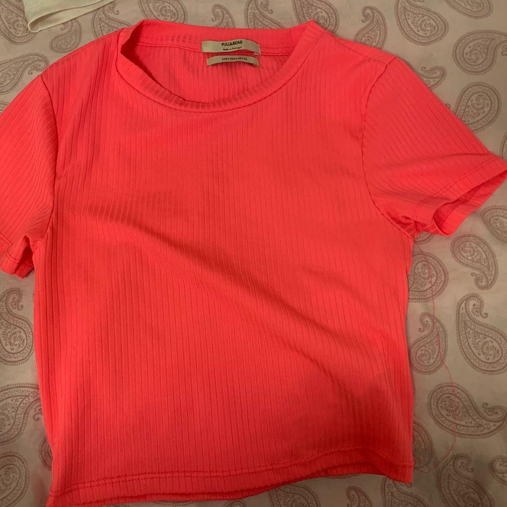 Fin neon rosa topp, färgen ser ut som på bild 1, ljuset blev mörkare i bild 2😇😇. T-shirts.