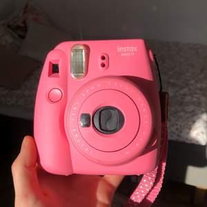 Säljer min fina rosa Polaroid kamera! Nyskick endast använd 3ggr. Kamera väska medföljer. Tyvärr ingår ej kamera filmer och det är något man måste köpa till själv. Ny pris: 700kr. BUDGIVNING: startpris 100kr. BUDA I KOMMENTARENA! ENDAST SERIÖSA BUDARE!!                      Kan mötas upp i Karlstad. LEDANDE BUD: 300kr