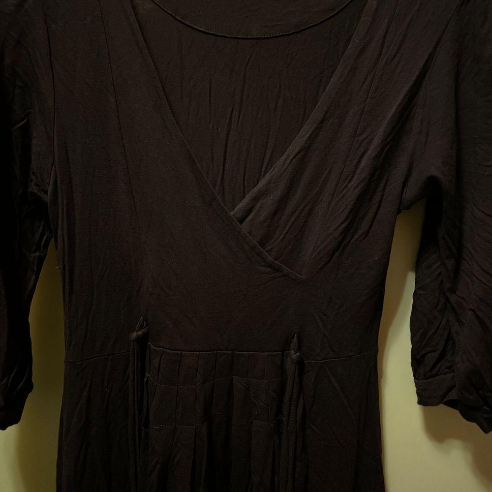 En jätteskön lila klänning från ZARA. Säljes för 80kr, frakt tillkommer ✨. Klänningar.
