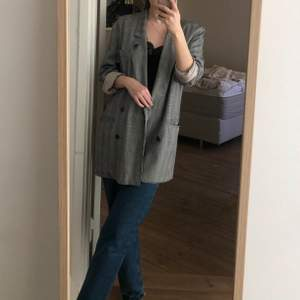 Vintage oversized blazer. Very lightweight so perfect for summer and spring. I'm a size 34-36 for reference.