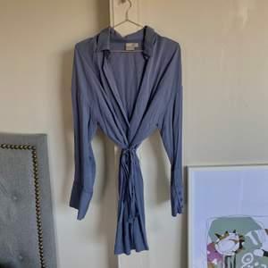 skjort klänning från asos i en härlig blå färg. kommer inte till användning längre tyvärr.