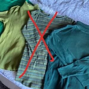 Två T-shirts och en tröja med ribbat material om man gillar grönt, fint skick! Alla för 35 eller en för 20