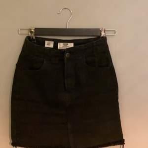 En svart jeanskjol som är köpt på bershka. Köparen står för frakt!