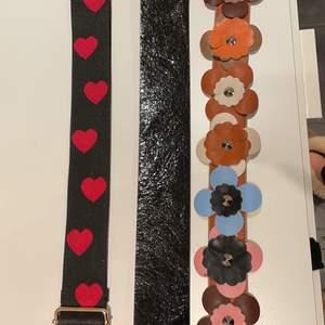 Jätte fina väskband som piffar upp väskan. Väskbandet med hjärtan och blommor är köpta på en boutiqe i Kyoto i Japan medan det i mitten är från Åhléns och har en matt baksida. Det två från Japan är inköpta för 600 kr styck och knappt använda❤️ Säljer för 100 kr styck❤️