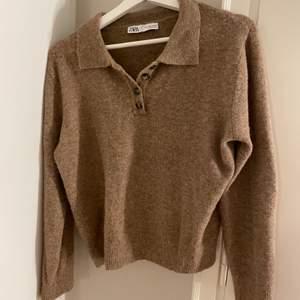 Säljer denna populära tröjan från Zara som jag tyvärr inte haft mycket användning av. Den är i storlek L men väldigt, väldigt liten i storleken, passar nog XS/S bäst!!! Den är knappt använd så i väldigt bra skick. Tröjan är otroligt skön också🧸💞🧸💞  buda i kommentarerna!!!!