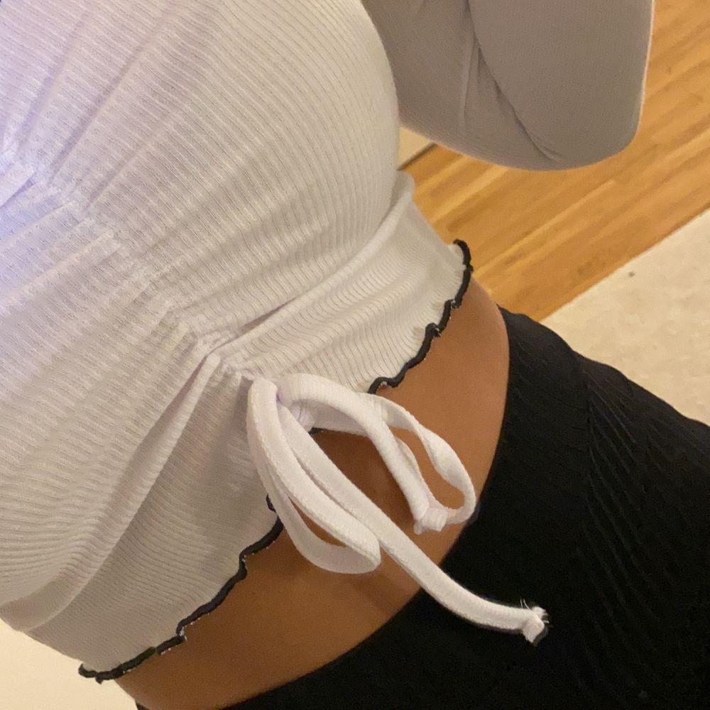 Super söt vit topp fin till sommaren! Aldrig använd, storlek S men mer som en XS! 💕. Toppar.