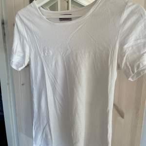 En snygg och enkel vit t-svort från kappa. Står att de är storlek L men den sitter som en S.  Kan mötas upp i centrala Stockholm annars står köparen för frakt☺️
