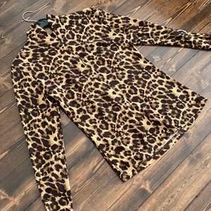 Materialet på denna tröja är riktigt skönt. Sitter snyggt på och har en halv polo. Passar på både se som har S men även de som har M.