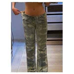 Skit snygga blekade jeans, är för stora för mig  .                   Jeansen är ljusblåa och vita, med gamla detaljerade fickor. det finns små hål vid midijan av jeansen men snys inte. Samt med botten av jeansen är det inte sytt.
