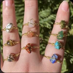 !!Intresse koll på liknande kristall ringar!! Tanken är att jag och en vän ska tillverka ringar med kristaller. Vi kommer att göra ringarna utifrån beställning, vilket betyder att ni kan välja mått på ringar men också kristaller till ringen beroende på hur vårat utbud ser ut!! Bilderna är inte våra men kommer lägga ut mer information och egna bilder så snart som möjligt❤️(priserna kommer variera beroende på kristallen ni väljer men kommer ligga runt 35kr+frakt)