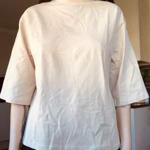 Cool tröja i beige men större ärmar och en polokrage. Oanvänd och lappar finns kvar. Kommer ifrån märket Trendyol. Storlek XS