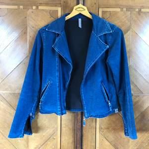 Blå jeansjacka perfekt för våren!