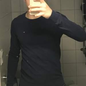 En mycket fin Tommy Hilfigher tröja. Storlek xs men sitter som s.