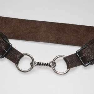 Skärp i läder, vintage 70-tal. Storlek: justerbart ca 70-76 cm. Frakt: 48kr med PostNord. Sänkt pris! Först till kvarn! 😘